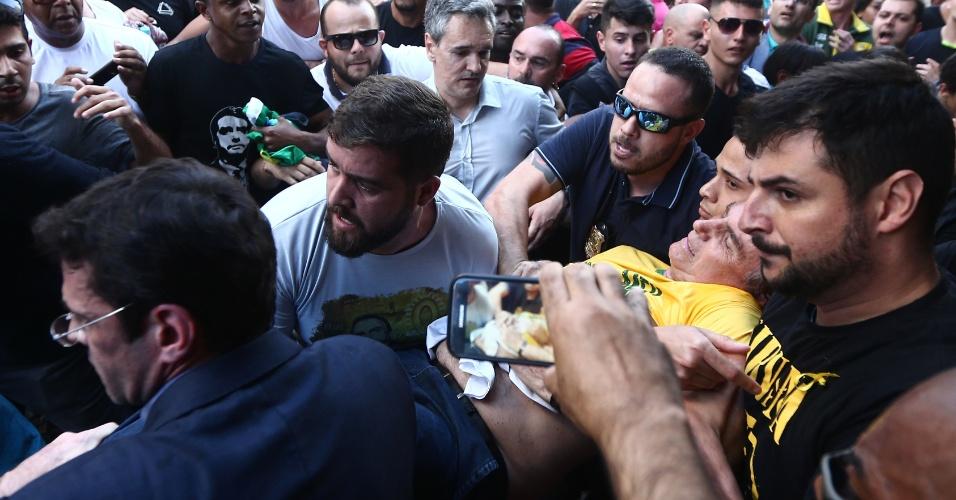 6.set.2018 - Jair Bolsonaro, candidato à Presidência pelo PSL, é carregado após ser atingido por um objeto durante ato em Juiz de Fora (MG)