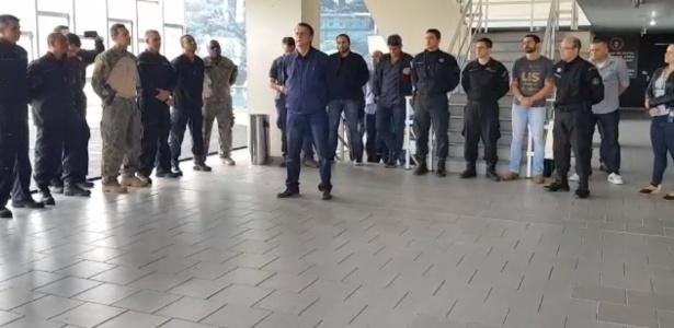 Bolsonaro faz discurso dentro do quartel do Bope