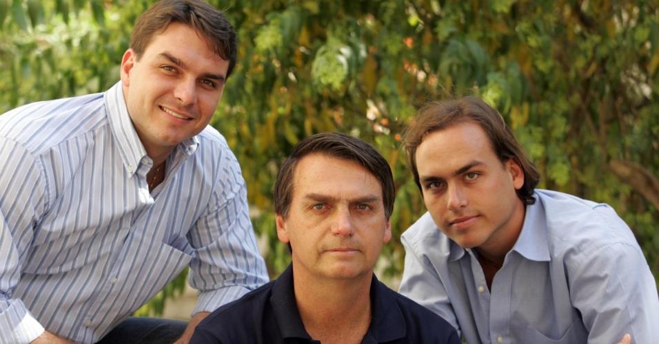 27.jul.2006 - O deputado Jair Bolsonaro (c) posa para foto ao lado de seus filhos e candidatos à vagas na política, Flávio Bolsonaro (e), e Carlos Bolsonaro (d), durante entrevista na residência da família, no Leblon, zona sul do Rio de Janeiro
