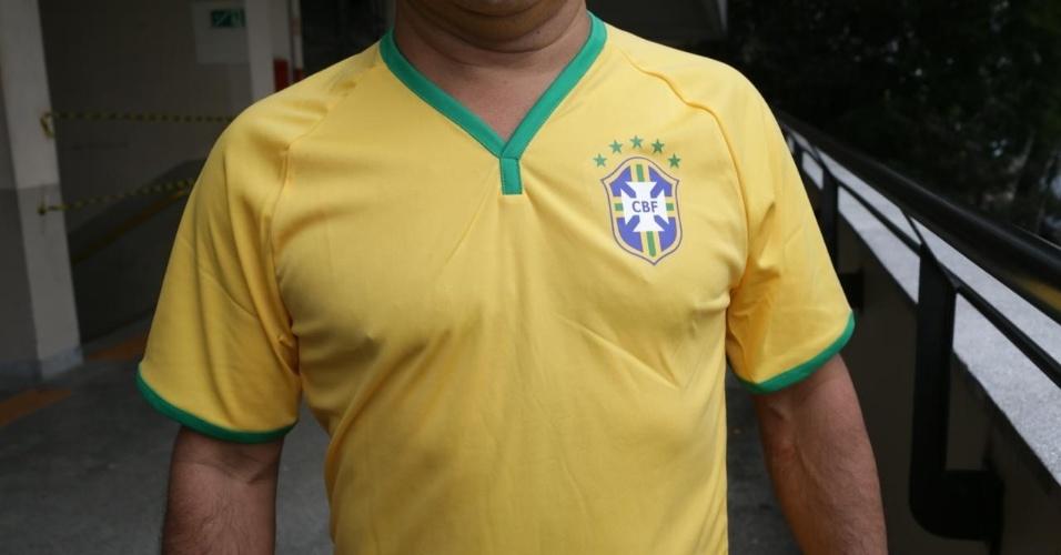 28.out.2018 - Eleitores do candidato à presidência Jair Bolsonaro (PSL) votam na PUC de São Paulo com a camiseta da seleção brasileira