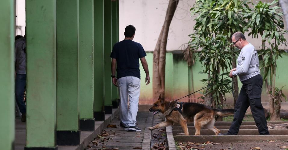 28.out.2018 - Policial inspeciona escola onde vota Jair Bolsonaro (PSL) em Deodoro, no Rio de Janeiro