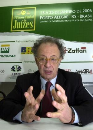 Gherardo Colombo, juiz da operação Mãos Limpas, no Fórum Mundial de Juízes, em Porto Alegre, em 2005 - Ronaldo Bernardi / Agencia RBS/Folha Imagem