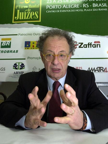 25.jan.2005 - Gherardo Colombo, que desencadeou ações da Operação Mãos Limpas, no Fórum Mundial de Juízes, no RS - Ronaldo Bernardi / Agencia RBS/Folha Imagem