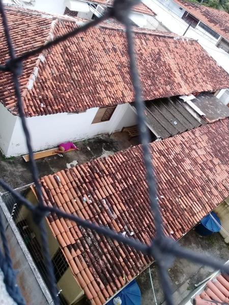 No quintal da residência terapêutica, paciente psiquiátrica dorme e defeca sem assistência médica - Aliny Gama / UOL