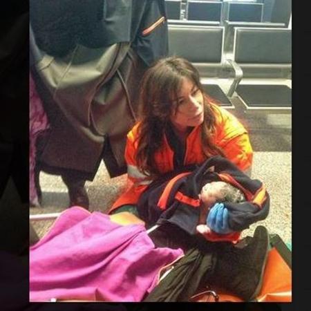 Equipe médica do Aeroporto de Fiumicino, na região de Roma, faz parto de brasileira, na área de embarque - Ansa