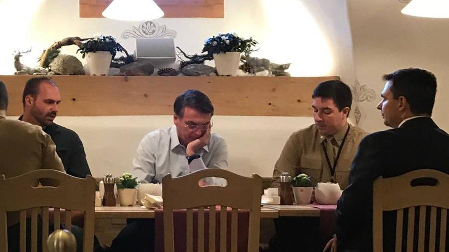 Bolsonaro tomando café da manhã com o filho Eduardo e assessores no hotel onde está hospedado em Davos - Jamil Chade/Estadão Conteúdo
