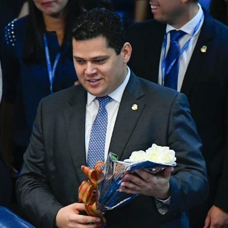 Presidente do Senado, Davi Alcolumbre (DEM-AP) recebe flores enviadas pela senadora Kátia Abreu (PDT-TO) - Marcos Oliveira/Agência Senado