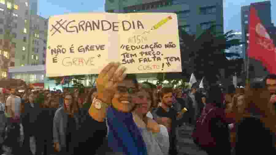 15.maio.2019 - Cartazes em protestos na avenida Paulista - Luciana Quierati/UOL