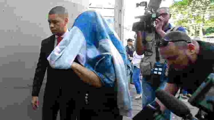 Elaine Lessa, mulher de Ronnie Lessa, chega a delegacia após ser presa - José Lucena/Futura Press/Estadão Conteúdo