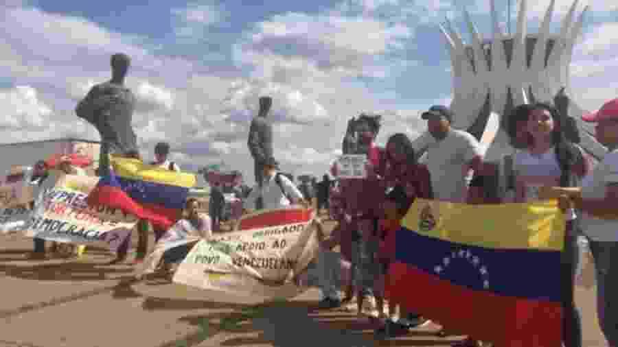 Grupo de venezuelanos protesta em Brasília contra o governo de Nicolás Maduro - Felipe Amorim/UOL