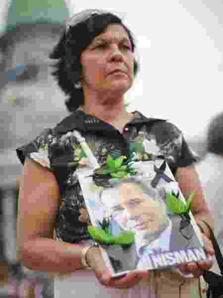 Mulher segura cartaz com o rosto do promotor Alberto Nisman, que investigou atentado na Argentina, mas morreu poucos dias após acusar Cristina - Getty Images