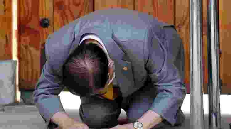 Lee Man-hee, fundador da Igreja de Jesus de Shincheonji, se ajoelha para pedir desculpas por envolvimento em surto de coronavírus na Coreia do Sul - YONHAP - YONHAP