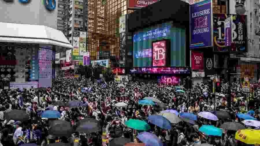 """24.mai.2020 - Milhares de manifestantes saíram às ruas de Hong Kong para protestar contra a lei de """"segurança nacional"""" promovida por Pequim - Isaac Lawrence/AFP"""