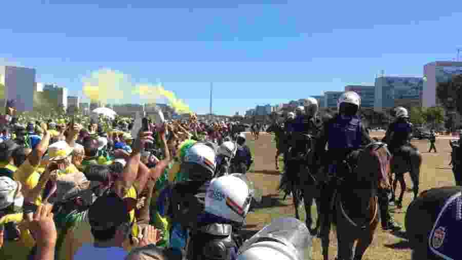 PM do Distrito Federal aciona cavalaria para isolar atos pró e contra Bolsonaro, que ocorrem em lados opostos da Esplanda dos Ministérios, em Brasília  - Hanrrikson de Andrade/UOL