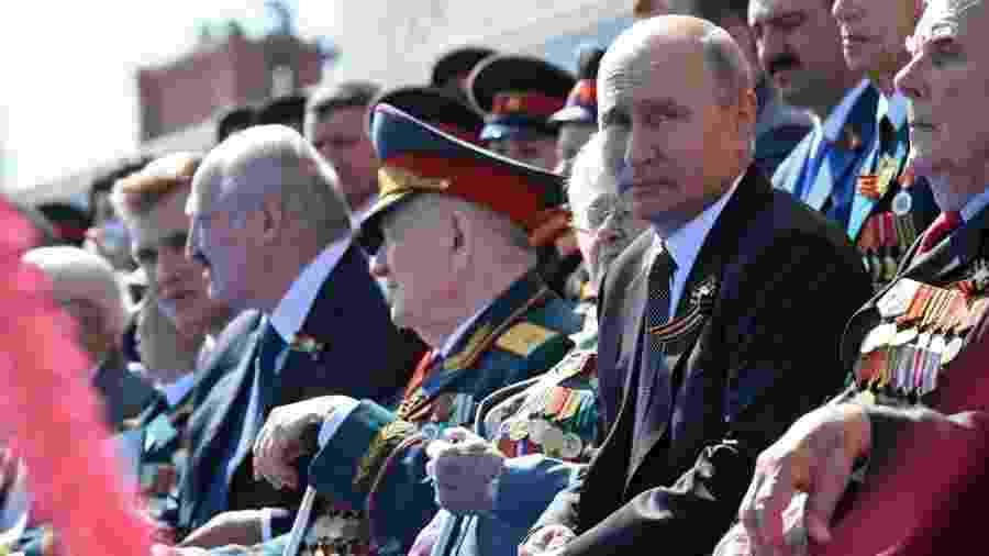 24.jun.2020 - O presidente da Rússia, Vladimir Putin, assiste ao desfile militar em comemoração aos 75 anos do Dia da Vitória, que marca a vitória soviética sobre a Alemanha nazista na Segunda Guerra Mundial, em Moscou - Alexey Nikolsky/Sputnik/AFP