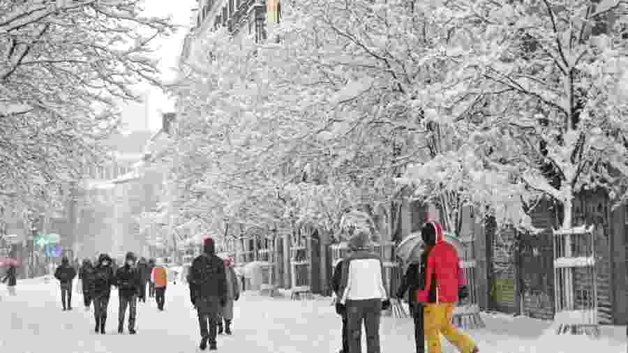 Pessoas caminham na neve em Madri, na Espanha - Gabriel Bouys/AFP