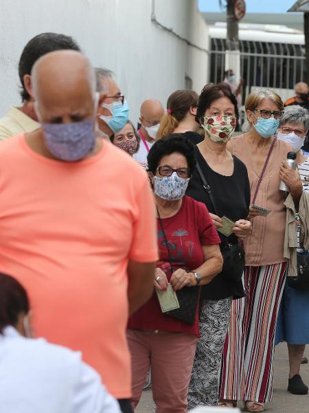Fila para vacinação na UBS Jardim Aeroporto (Unidade Básica de Saúde), na zona sul de São Paulo - Rivaldo Gomes/Folhapress