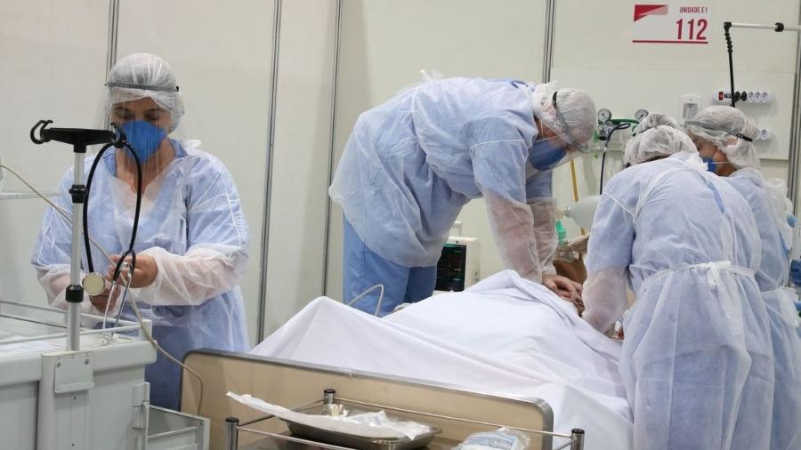 Médicos realizam o procedimento de reanimação em um paciente internado em uma UTI covid - Rovena Rosa/Agência Brasil