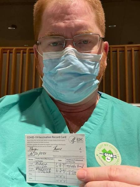 Dr. Lee Flanigan apresenta certificado de vacinação contra covid-19 em foto no Facebook - Reprodução/Facebook