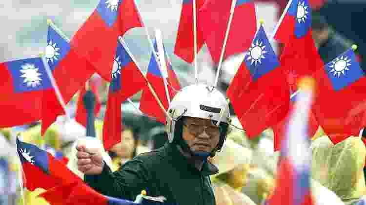 Homem com bandeiras de Taiwan - Getty Images - Getty Images