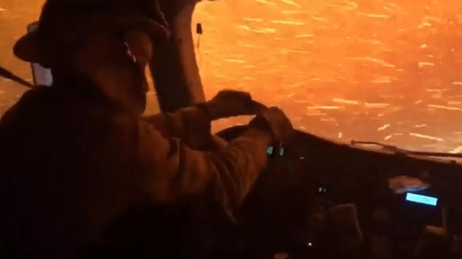Caminhão de bombeiros fica preso em meio às chamas de incêndio na Califórnia - Reprodução/Twitter