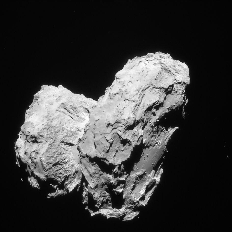 6.ago.2015 - Depois de uma viagem de 10 anos e viajar mais de 6,4 bilhões de quilômetros em torno do Sistema Solar, a sonda Rosetta chegou a uma distância de 100 km do cometa 67P / Churyumov-Gerasimenko em 6 de agosto de 2014. Nas semanas que se seguiram, ela foi se aproximando e iniciou observações detalhadas, incluindo o mapeamento da superfície do núcleo em busca de um local de pouso adequado para sonda Philae. Nesta imagem inédita, feita em 22 de agosto, Rosetta estava a uma distância de 63,4 km do centro do cometa