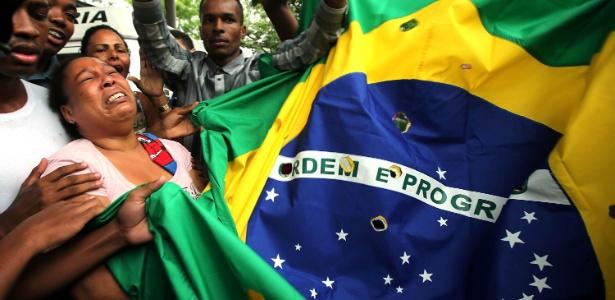 Mãe chora pela morte do filho, assassinado pela PM, em Costa Barros, na zona norte do Rio, em novembro de 2015