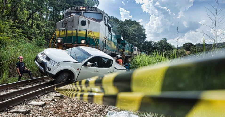 1º.jan.2016 - Caminhonete é atingida por trem, deixando uma pessoa morta, em Vespasiano (MG)