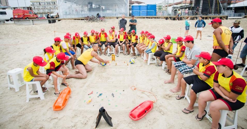 2.jan.2016 - Crianças participam de ação promovida por órgãos governamentais em Capão da Canoa, no litoral do Rio Grande do Sul