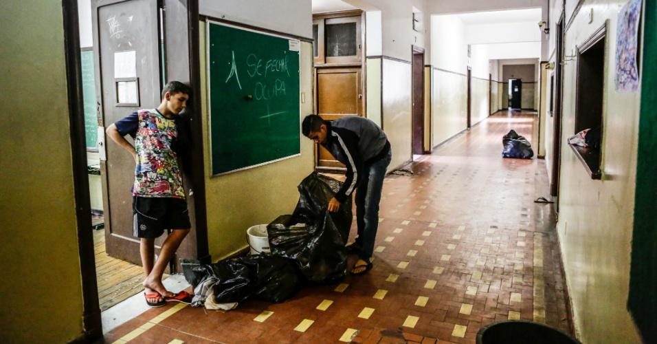 4.jan.2016 - Alunos iniciam a desocupação da escola estadual Fernão Dias durante a tarde desta segunda feira, no bairro de Pinheiros, zona oeste da capital paulista. A instituição estava ocupada em protesto contra a reorganização escolar, proposta pelo governo do Estado