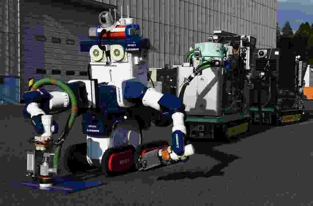 18.jan.2016 - Um robô operado por controle remoto retirará as barras de combustível do reator número 3 da usina nuclear de Fukushima, onde os níveis de radiação atuais impedem que um humano realize essa tarefa - Toru Yamanaka/AFP