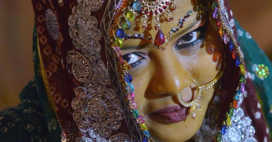 24.jan.2016 - Adepta da tradição hindu, noiva paquistanesa usa roupas tradicionais durante cerimônia de casamento em massa, em Karachi. Cerca de 60 casais participaram da festividade, organizada pelo Conselho Hindu do Paquistão