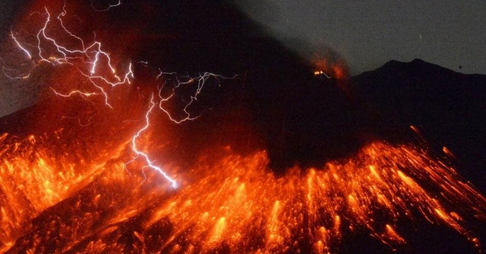 5.fev.2016 - Tempestade de raios sobre lava do vulcão do Monte Sakurajima, localizado na ilha de Kyushu, na imagem feita a partir da cidade de Tarumizu, no sul do Japão. O vulcão, localizado a 50 km de uma usina nuclear, entrou em erupção no sábado (30)