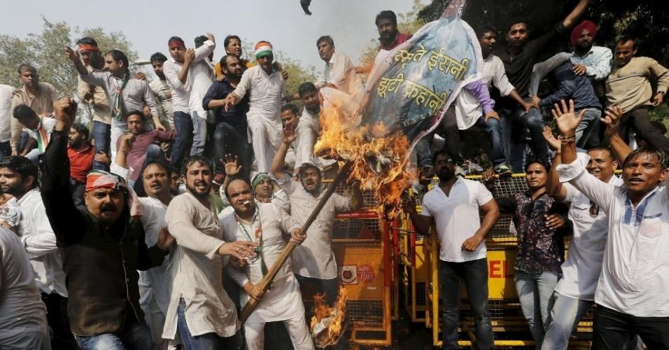 2.mar.2016 - Manifestantes do Congresso Indiano da Juventude queimam uma representação do ministro da Educação do país, Smriti Irani, durante protesto próximo ao Parlamento em Nova Déli. Centenas de ativistas se reuniram para protestar e expressar solidariedade a Rohith Vemula, um estudante de casta inferior da Universidade de Hyderabad, que foi encontrado pendurado em um albergue em janeiro deste ano