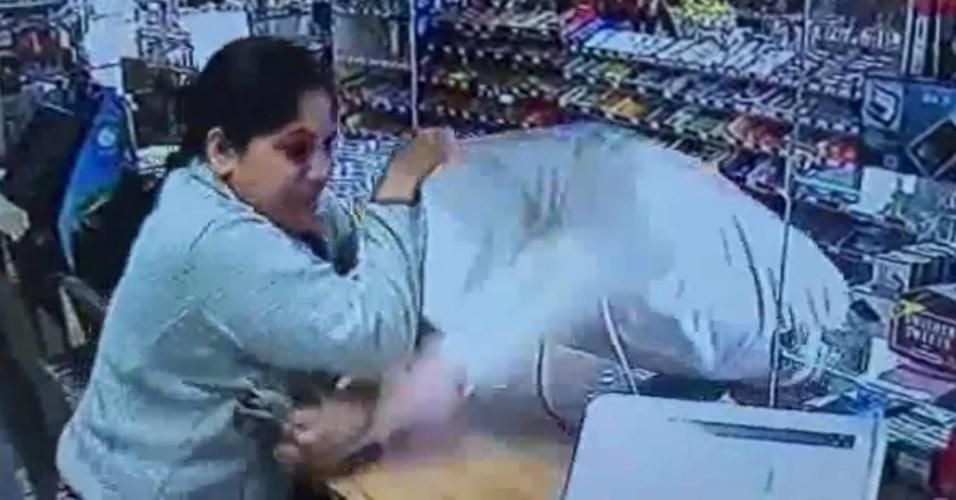 Lojista estapeia ladrão armado e frustra roubo nos EUA - PARA BBC