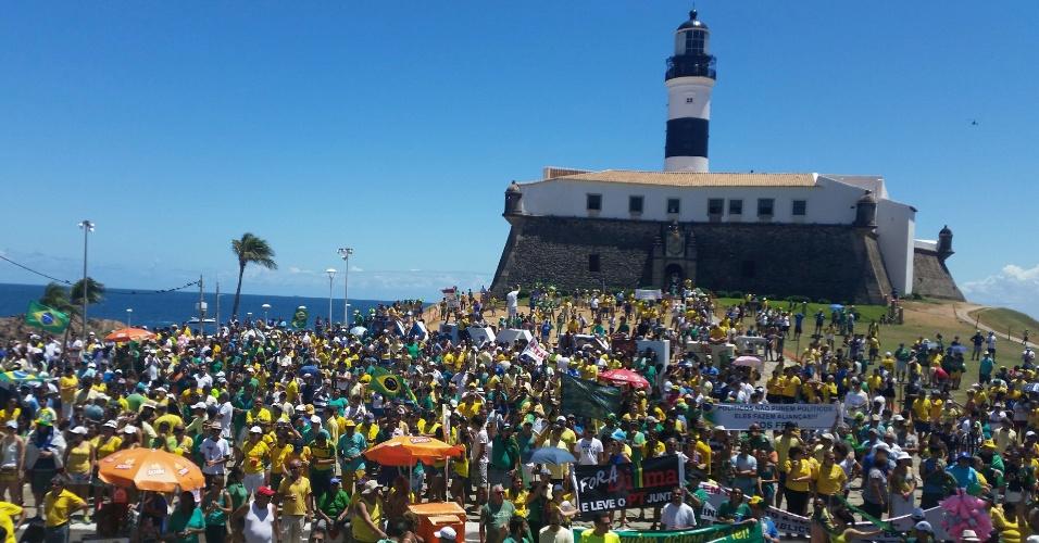 13.mar.2016 - Manifestantes protestam contra o contra o governo Dilma Rousseff (PT), no Farol da Barra, em Salvador. Os protestos acontecem em vários Estados e pedem o impeachment de Dilma e a prisão do ex-presidente Luiz Inácio Lula da Silva, investigado pela Operação Lava Jato