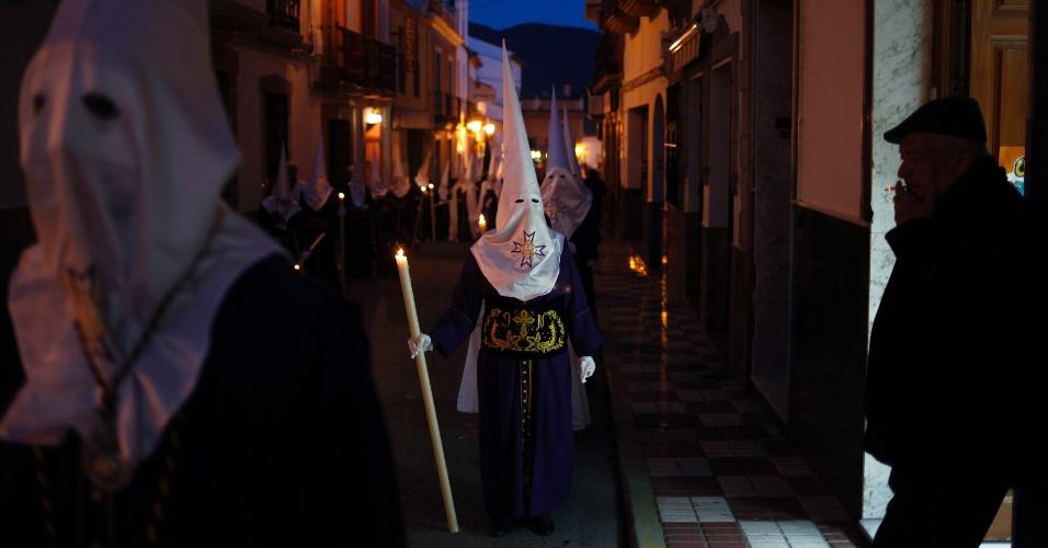 24.mar.2016 - Penitentes da irmandade Cautivo participam de procissão nesta madrugada, em celebração da Semana Santa em Arriate, perto de Málaga, no sul da Espanha