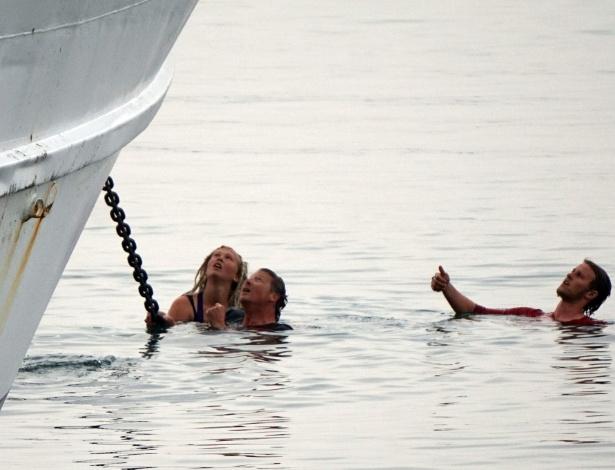 Ativistas pró-imigração tentam segurar âncora de barcos com imigrantes