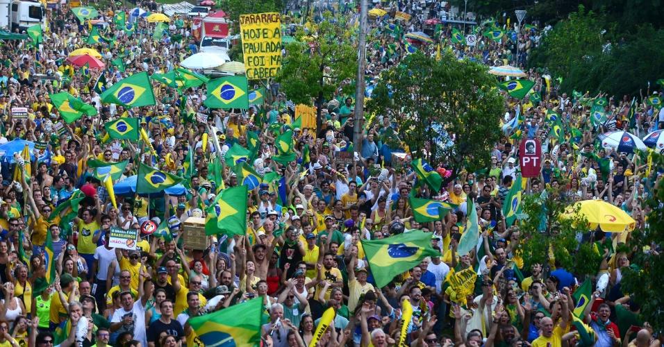 17.abr.2016 - Manifestantes pró-impeachment da presidente Dilma Rousseff reúnem-se em Porto Alegre (RS)