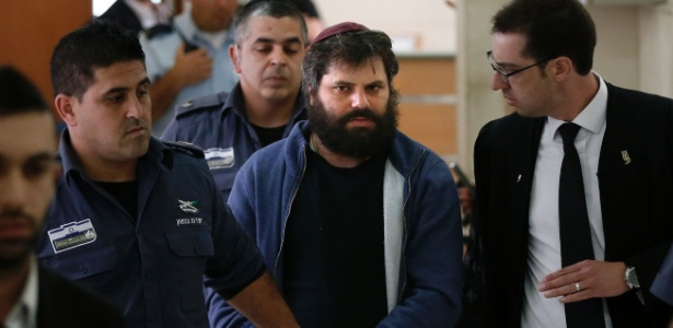 O israelense Yosef Haim Ben-David (centro) é levado para Corte em Jerusalém