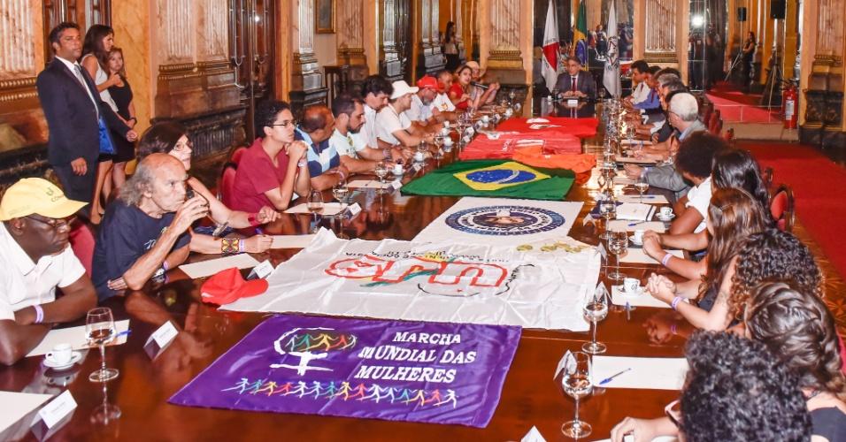 26.abr.2016 - Líderes do MST e de outros movimentos sociais se reuniram com o governador de Minas Gerais, Fernando Pimentel (PT), após protestarem por dias em defesa da democracia. A marcha seguiu de Ouro Preto (MG) até o Palácio da Liberdade, sede do governo mineiro em Belo Horizonte