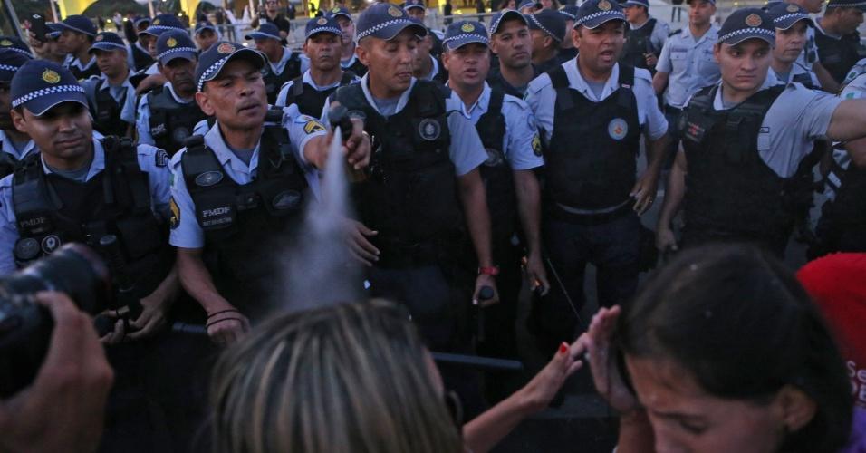 12.mai.2016 - Policiais usam spray de pimenta para dispersar manifestantes contrários ao governo do presidente interino Michel Temer. Eles protestavam em frente do Palácio do Planalto, em Brasília, contra o impeachment da presidente afastada, Dilma Rousseff