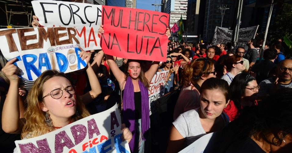 15.mai.2016 - Mulheres integrantes de grupos feministas protestam em defesa da presidente afastada Dilma Rousseff e contra o presidente interino Michel Temer na Praça do Ciclista, na avenida Paulista, em São Paulo