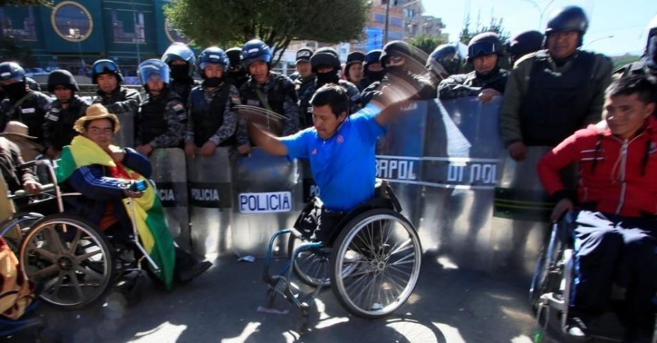31.mai.2016 - Um manifestante com deficiência física dança em cadeira de rodas durante um protesto para pedir ao governo subsídio mensal, e não anual, para os deficientes físicos, em El Alto, na Bolívia