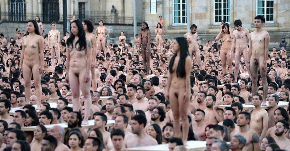 5.jun.2016 - Mais de 6 mil colombianos posam nus em nome da paz para ensaio do fotógrafo norte-americano Spencer Tunick, na praça Bolívar, em Bogotá, na Colômbia. Tunick é conhecido internacionalmente pelas fotos de multidões nuas