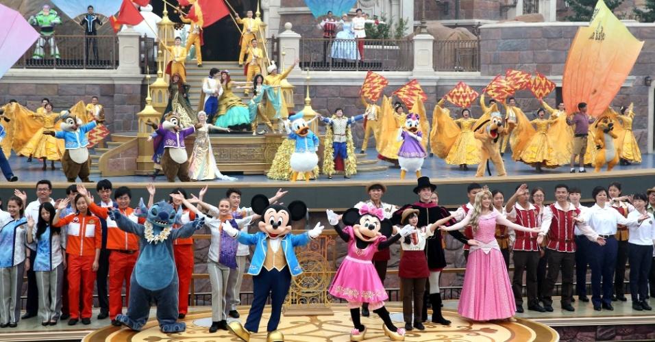 16.jun.2016 - Personagens da Disney participam de cerimônia de abertura do primeiro parque da companhia na China, em Xangai. Sob uma chuva inclemente, milhares de chineses preparavam-se para a abertura do parque