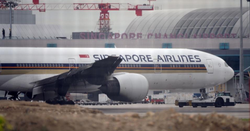27.jun.2016 - Um avião da companhia aérea Singapore Airlines teve que realizar uma aterrissagem de emergência no aeroporto de Cingapura após sofrer um vazamento de combustível que resultou em incêndio que afetou a asa direita da aeronave no momento do pouso. As equipes de emergência conseguiram resgatar ilesos os 222 passageiros e 19 membros da tripulação do voo, que seguiria para Milão, na Itália