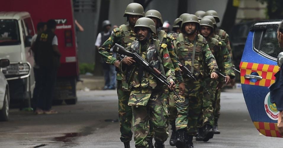 2.jul.2016 - Soldados se posicionam perto de restaurante onde eram mantidos reféns por um grupo armado em Dacca, capital de Bangladesh. As forças de segurança do país entraram no local e entraram em confronto com os sequestradores. Pelo menos 20 pessoas morreram após o ataque, e 13 reféns foram libertados
