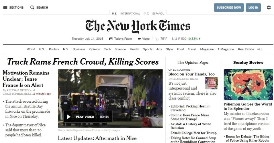 """14.jul.2016 - """"Caminhão bate em multidão de franceses, matando dezenas"""", diz manchete do site do jornal norte-americano The New York Times sobre ataque de um que atropelou uma multidão durante celebração da Queda da Bastilha, maior feriado nacional francês, no centro de Nice, na Riviera Francesa"""