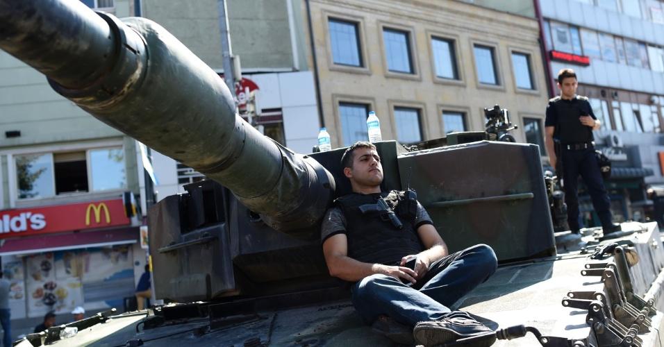 16.jul.2016 - Policial turco leal ao governo senta em tanque para descansar após o fim da tentativa de golpe promovida pelos militares na região de Uskudar, no lado asiático de Istambul